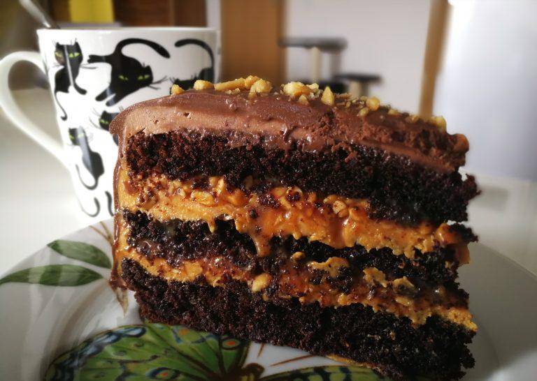 О том, как правильно выпекать коржи, собирать торт и работать с кремом, можно прочитать здесь.